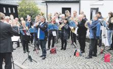Zum Abschluss des Posaunenfestes in Deutschneudorf spielten die etwa 50 Bläser vor der Kirche unter freiem Himmel. Foto: Dirk Trautmann