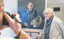 Der hochbetagte Künstler Werner Juza vor seinem »Selbstbildnis« aus dem Jahr 2008. Dieses und viele weitere Werke seines reichen Schaffens sind in einer neuen Ausstellung im Pfarrhaus Wachau zu sehen. Foto: Steffen Giersch