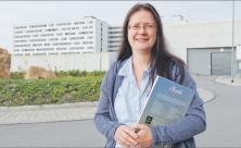 Kantorin Christiane Sander aus Mittweida vor der JVA Chemnitz. Foto: Cristina Zehrfeld