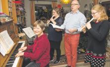 Bei Körners musizieren alle Familienmitglieder. Sie unterstützen die Mutter Anne Körner (vorn), die als Kantorin in Schmannewitz und Dahlen zahlreiche Weihnachtskonzerte und Gottesdienste organisiert. Foto: Thomas Barth