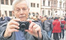 Armine Kühne beim Fotografieren auf dem Nikolaikirchhof zum Herbst 89-Jubiläum im Oktober.
