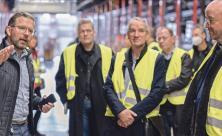 Landesbischof Tobias Bilz (r.) beim Betriebsbesuch des Edeka-Logistikzentrums Berbersdorf mit Stephan Kleyer (l.), Betriebsleiter Berbersdorf, und einer Kirchendelegation.