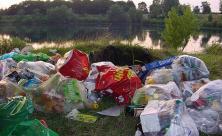 Zurückgelassener Müll nach einem Festival.