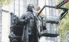 Das Johann-Sebastian-Bach-Denkmal vor der Leipziger Thomaskirche wird für das Bachfest geputzt. © Bach-Archiv Leipzig/Bronzegießerei Noack, Kunstguss*Restaurierung*Denkmalpflege