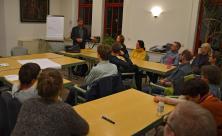 Informationsabend in der Michaelis-Friedens-Gemeinde: Otfried Junk (l.) vom Verein »Schwarzes Kreuz« sucht Ehrenamtliche, die Gefangene in der JVA Leipzig begleiten. ©Kohlsdorf
