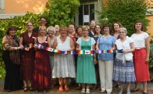 Das Team der Kirchlichen Frauenarbeit mit Ehemaligen – von Ursula August (l.), von 1994 bis 1999 Landespfarrerin der Frauenarbeit, gab es einen langen Schal als Geburtstagsgeschenk. © Steffen Giersch