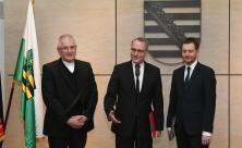 Bischof Rentzing (Mitte) mit Heinrich Timmerevers (li.) und Ministerpräsident Kretschmer