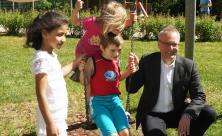 Landesbischof Rentzing beim Besuch des Kindergartens »Unter dem Regenbogen« in Sebnitz. © Landeskirchenamt