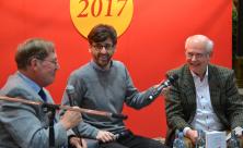 Stefan Seidel (mi) im Gespräch mit den Autoren Thomas A. Seidel (re) und Wolfgang Ratzmann (li).