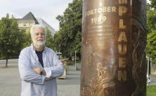 Peter Luban vor dem von ihm entworfenen Wende-Denkmal ©Ellen Liebner