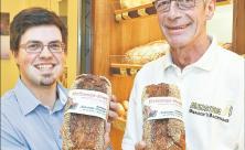 Für eine neue Heizung in der Kirche Sebnitz sammeln Pfarrer Lothar Gulbins und Bäcker Lutz Gnauck Geld mit dem »Heizungsbrot«.