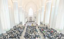 Viel Licht und viel Raum: Blick von der Orgelempore in die neue Aula/Universitätskirche Leipzig. Zum feierlichen Bauabschluss hatte das Finanzministerium als Bauherr etwa 300 Gäste vor allem aus CDU-Kreisen eingeladen. Foto: Swen Reichhold