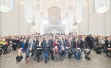 Universitätskirche St. Pauli in neuem Gewand: Beim Festgottesdienst zur Einweihung erstrahlten die hängenden Säulen. Von der Empore waren Orgel                     <div class=