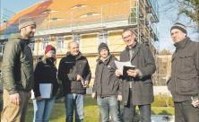 Bauabnahme am Pfarrhaus Wellerswalde: Kirchliche Baupfleger wie Jens-Peter Mader (2. v. r.) begleiten jedes Bauvorhaben. Sanierung von Dach und Dachstuhl sichern das Pfarrhaus nachhaltig                     <div class=