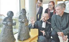 Vom neuen Luther-Duo in Neukieritzsch fasziniert (v. l.): Pfarrer Jan Schober und Künstler Jürgen Raiber (vorn) mit den Kirchenvorständen Daniel Pabst und Susan Graichen (hinten). Foto: Roger Dietze