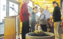 Segen für Durstige: Die Gemeinde von St. Johannis Zittau hat für ihren Neuland-Gottesdienst symbolisch einen Brunnen aufgebaut. Foto: Andreas Herrmann