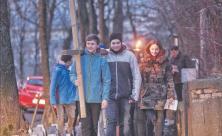 Kreuzweg durch Chemnitz: Antonius (vorn) und Benedikt tragen das Kreuz vom Umweltzentrum zur Kreuzkirche in Chemnitz auf dem Ökumenischen Kreuzweg der Jugend. Foto: Andreas Seidel