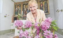 Die ehrenamtliche Kirchnerin Ute Müller kümmert sich nicht nur um den Blumenschmuck in der Kirche Göhren                     <div class=