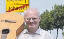 Gemeinden haben Grenzen: Andreas Rockstroh ist Kantor in Jöhstadt und dem benachbarten Königswalde. In jeder Gemeinde hat er nur eine kleine Anstellung und dadurch manche Probleme.  Foto: Jan Görner