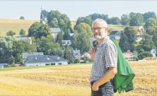 Der Umweltbeauftragte muss gehen: Heiko Reinhold steht zwar im ländlichen Raum seines Heimatdorfes Erlbach-Kirchberg. Doch als Referent für Umwelt und ländliche Entwicklung sowie als Umweltbeauftragter der Landeskirche wurde ihm gekündigt. Foto: Georg Ulrich Dostmann