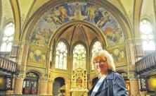 Triumph für den Triumphbogen: Pfarrerin Renate Henke freut sich in der Johanneskirche Meißen-Cölln darüber                     <div class=