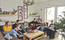Weihnachtsliedersingen im offenen Vollzug im Seehaus Leipzig: Familie Steinert feiert Weihnachten gemeinsam mit inhaftierten Jugendlichen in den neuen Räumen am See in Neukieritzsch. Foto: Wolfgang Zeyen