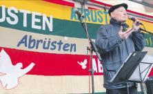 Eugen Drewermann bei der Abschlusskundgebung des Berliner Ostermarsches am 18. März 2018                     <div class=