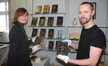 Ausstellungs-Kuratorin Andrea Paulik und Restaurator Jan Barth zeigten vorab unter anderem sorbische Gesangbücher.