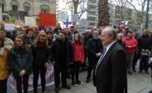 Demonstration vor der Landessynode – Präsident Otto Guse sucht das Gespräch